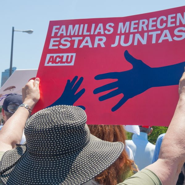 "6/30/2018. New York City - March: ""Families Belong Together."" Woman with a sign that reads: ""Familias merecen estar juntas. ACLU."" People crossing the Brooklyn Bridge in support of refugee families. People's protectors are marching from Foley Square in Manhattan to Cadman Plaza in Brooklyn. Credit: Photo by Javier Soriano/LoveIsAmor.com"
